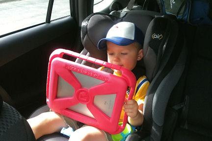 immagine di un bambino che regge il kit con la custodia antiurto